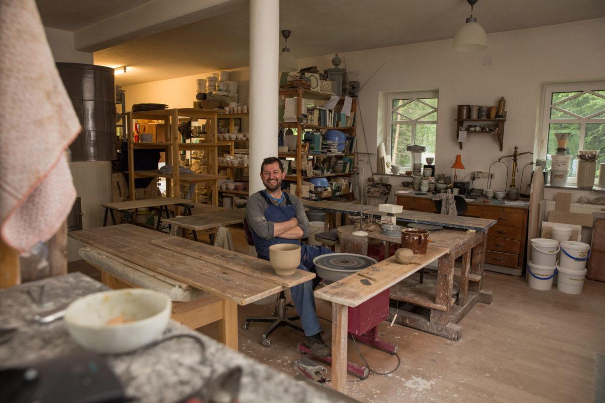 イップスのヴァイドホーフェンの自分の工房でくつろぐヨーゼフ・ヴィーザー