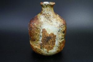 Flaschenvase, liegend gebrannt, starke Ascheablagerungen